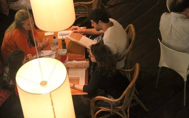 Maria Rita e Davi Moraes jantam com amigas