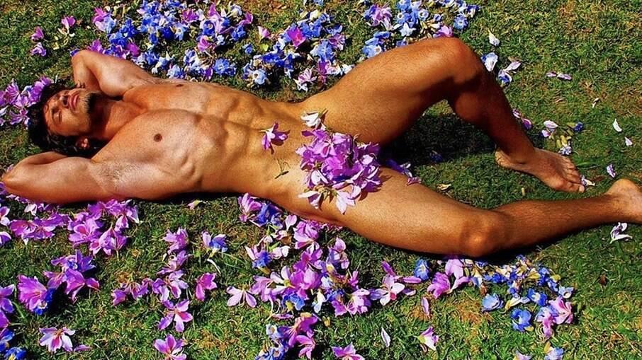 Maikel Castro posa coberto por flores