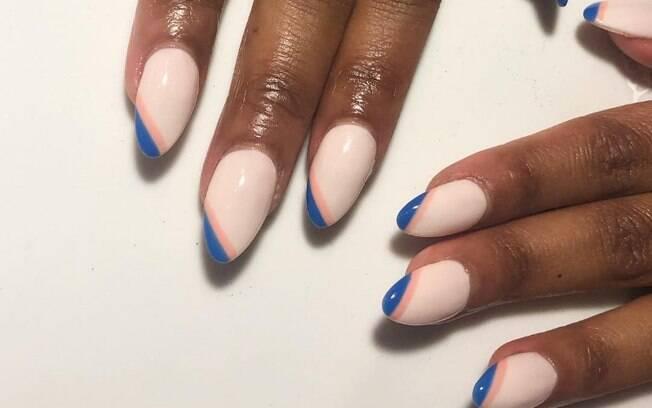 Faça linhas assimétricas de cores diferentes para valorizar o formato das unhas amendoadas