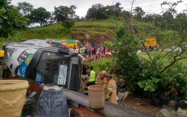 Vinte e duas pessoas ficaram feridas e uma morreu no acidente de ônibus