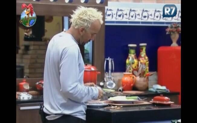 Gui fala sozinho enquanto prepara seu café da manhã