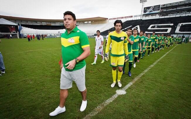 Longe da forma física ideal, Ronaldo entra no  campo de São Januário