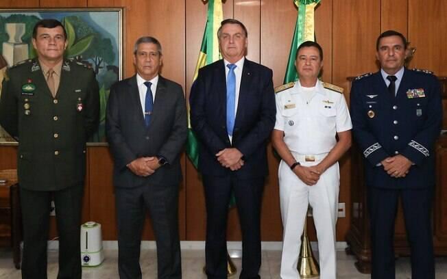 Almir Garnier Santos (Marinha), Paulo Sérgio (Exército) e Baptista Júnior (Aeronáutica) posam ao lado de Bolsonaro