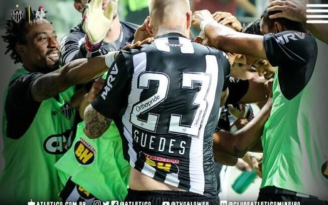 Róger Guedes comemora com seus companheiros de Atlético-MG o segundo gol dele na partida contra o Corinthians, mas o primeiro que o juiz validou