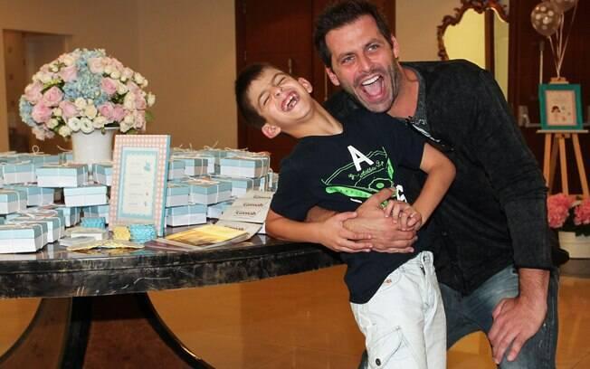Henri Castelli brincou com o primogênito, Lucas, de sete anos
