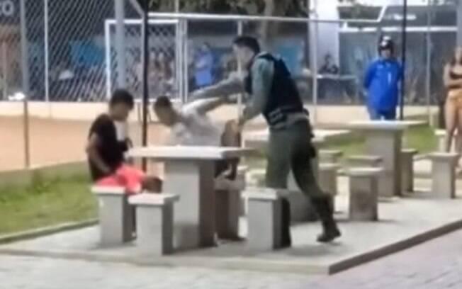 Nas imagens, é possível ver momento em que um dos jovens é agredido por agente