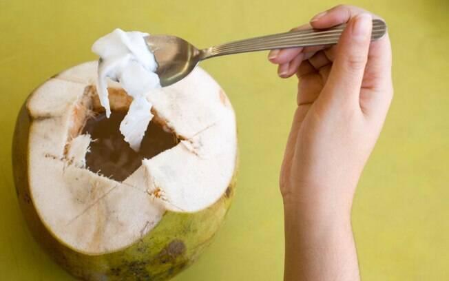 Coco traz uma série de benefícios e pode substituir produtos do dia-a-dia