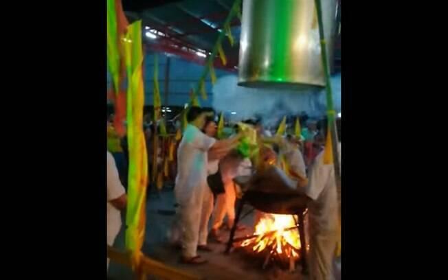 O médium, por mais que tenha participado de cerimônias assim durante 10 anos, não sobreviveu às queimaduras
