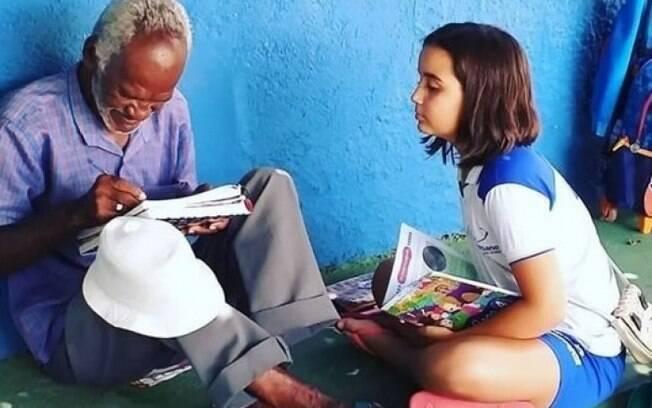 Zezinho, vendedor de picolé, é alfabetizado por menina de 9 anos