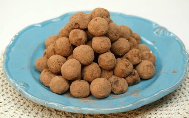 A trufa de chocolate da Nestlé rende 50 porções e leva conhaque no recheio