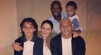 Mãe de Mbappé discute com jornalista e defende o filho de acusações