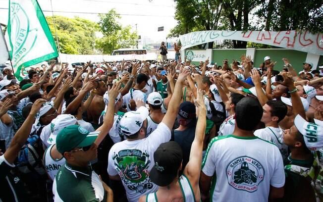 Torcedores do Palmeiras protestam na apresentação do time nesta  quarta-feira. Foto  Gazeta Torcedores levam faixa contra ... a9a6996183bd1