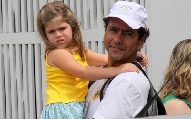 Marcos Palmeira com sua filha, Julia, no colo