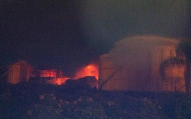 Bombeiros combatem chamas em tanques da Ultracargo, na noite deste domingo (5), em Santos