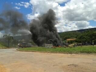 Caminhoneiros chegaram a atear fogo em pneus na BR-352