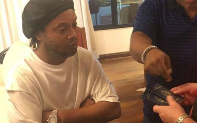Ronaldinho Gaúcho foi detido no Paraguai por uso de passaporte falso
