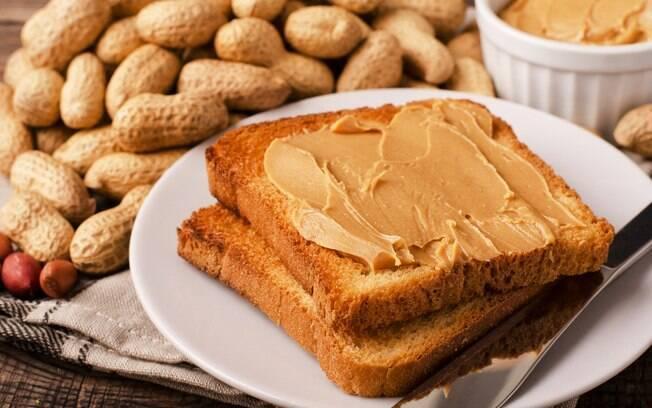 Pão integral com pasta de amendoim pode ser um ideia para quando bater aquela fome à noite