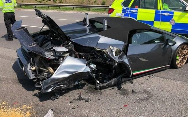 O carro de luxo foi atingido por uma van e parou no meio da estrada