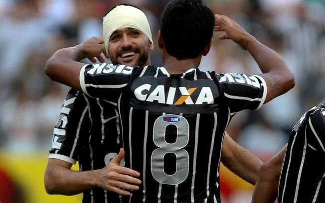 Danilo comemora com Paulinho o gol de empate  do Corinthians diante do Santos