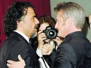 Amigos para sempre.  Alejandro Iñarritu abraça Sean Penn antes da coletiva de imprensa, em que o ator posou para fotos também
