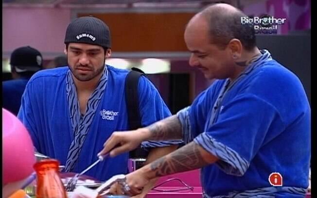 Yuri e João conversam na cozinha