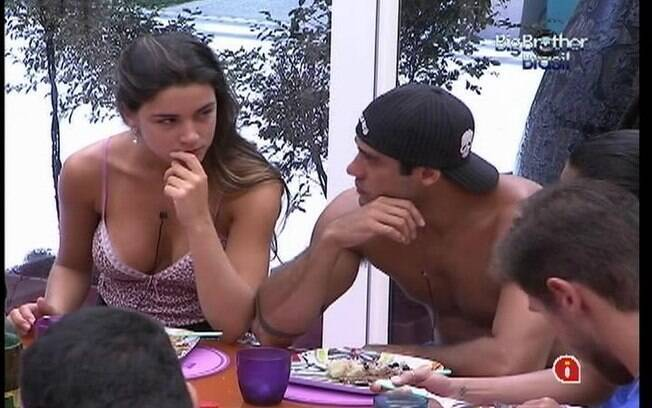Ainda de pijama, Laisa aproveita almoço para trocar palavras com Yuri