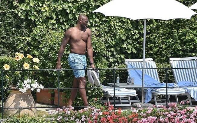 Kobe Bryant foi flagrado com uma barriguinha fora do comum durante duas férias