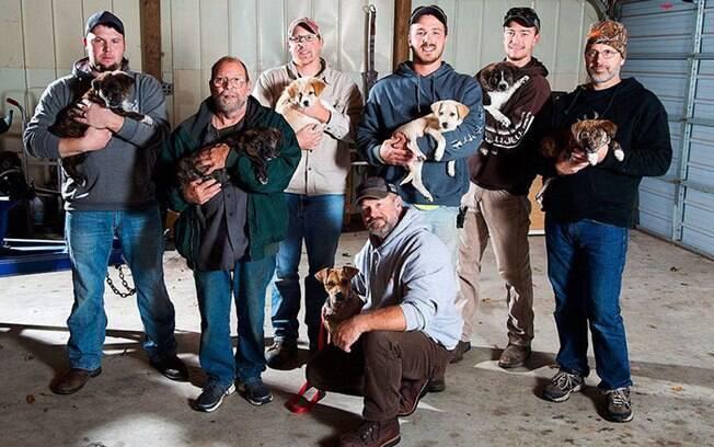 Sete dos 8 bebê e cadela Annie, com Mitchel e seus amigos.