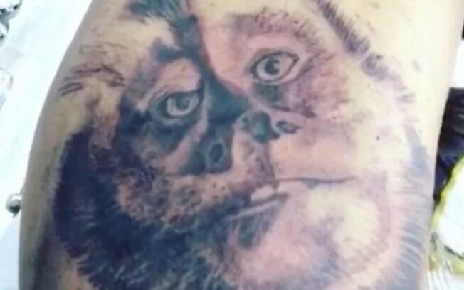 Latino eterniza seu bicho de estimação e faz tatuagem do macaco Twelves no braço