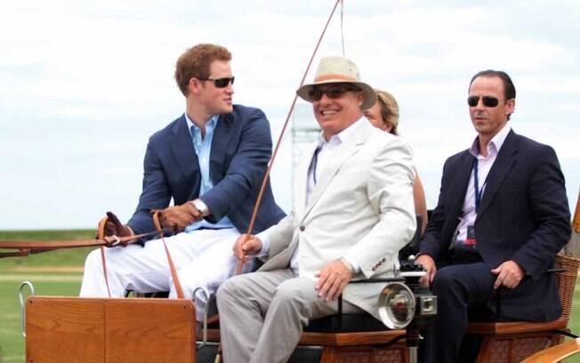Príncipe Harry chega para torneio beneficente de polo