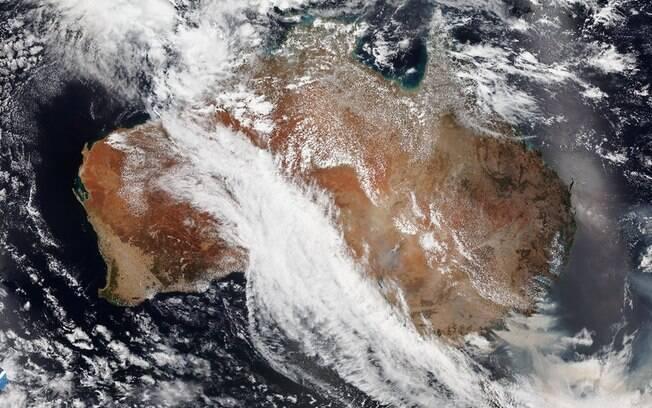 Imagem mostra fumaça marrom dos incêndios na Austrália.