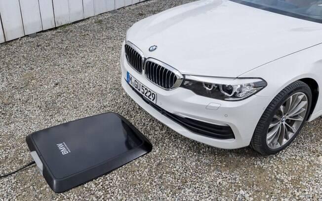 O Pad BMW pode ser instalado numa garagem de casa ou edifício e recarrega a bateria do modelo elétrico em quatro horas