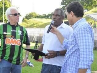 ex-goleiro Neneca recebe homenagem da diretoria do América