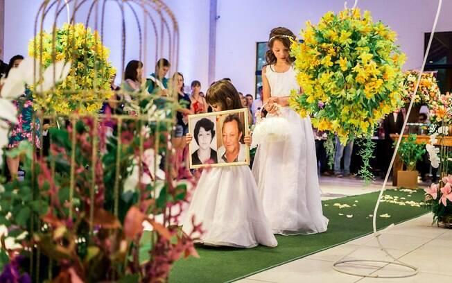 Um dos momentos mais emocionantes da cerimônia foi quando a filha do casal entrou com o quadro dos avós maternos