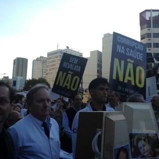 No Brasil, médicos protestam contra programa para atrair estrangeiros