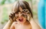 Entenda como a sujeira pode ser aliada da saúde das crianças