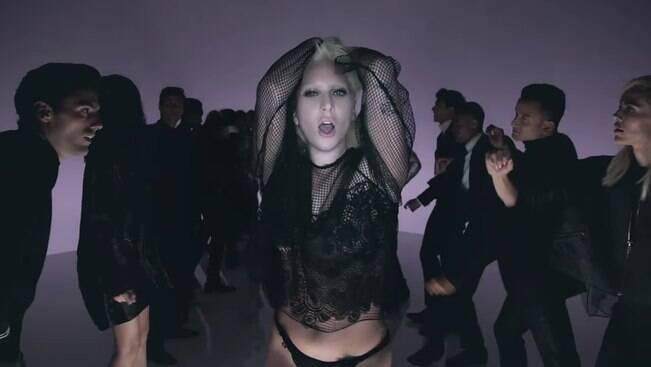 Lady Gaga desfila, dança e sensualiza em novo clipe