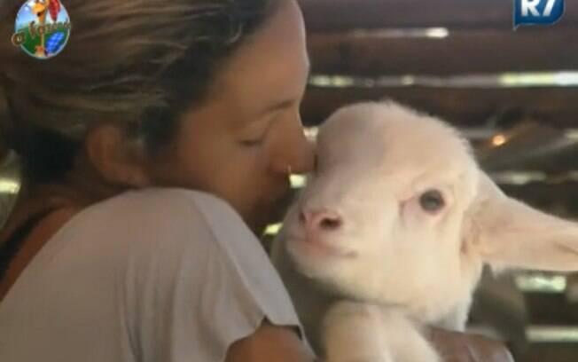 Carinhosa, Valesca pegou a cabra no colo e encheu de beijinhos