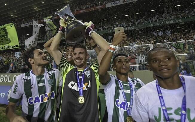 América-MG exibe troféu de campeão da Série B