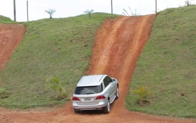 Força do motor turbodiesel e os sistemas de controle de tração ajudam a superar até um paredão de terra