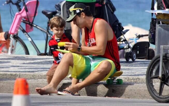 Thiago Rodrigues passeia com o filho, Gabriel, na orla do Leblon, no Rio