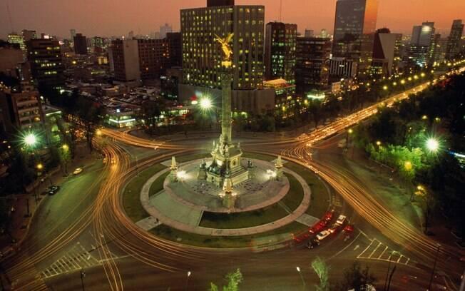 Paseo de la Reforma no crespúsculo: destaque para o Ángel de la Independencia, monumento símbolo da Cidade do México