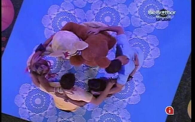 Personagens protagonizam abraço coletivo na pista de dança