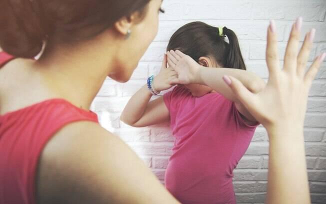 Mãe que costuma bater nos filhos fez isso com a filha de seis anos recentemente,  se arrependeu da atitude e pede conselhos