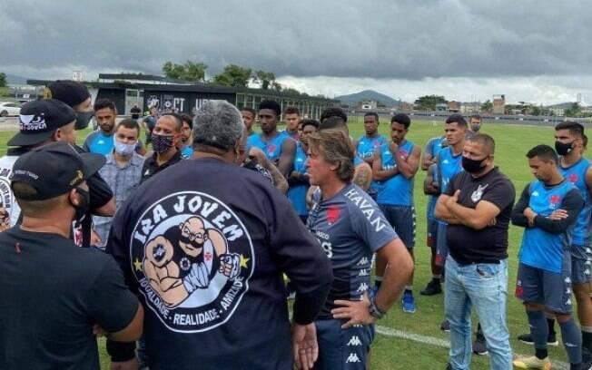Torcida organizada do Vasco cobrou jogadores na manhã desta quinta-feira (10)