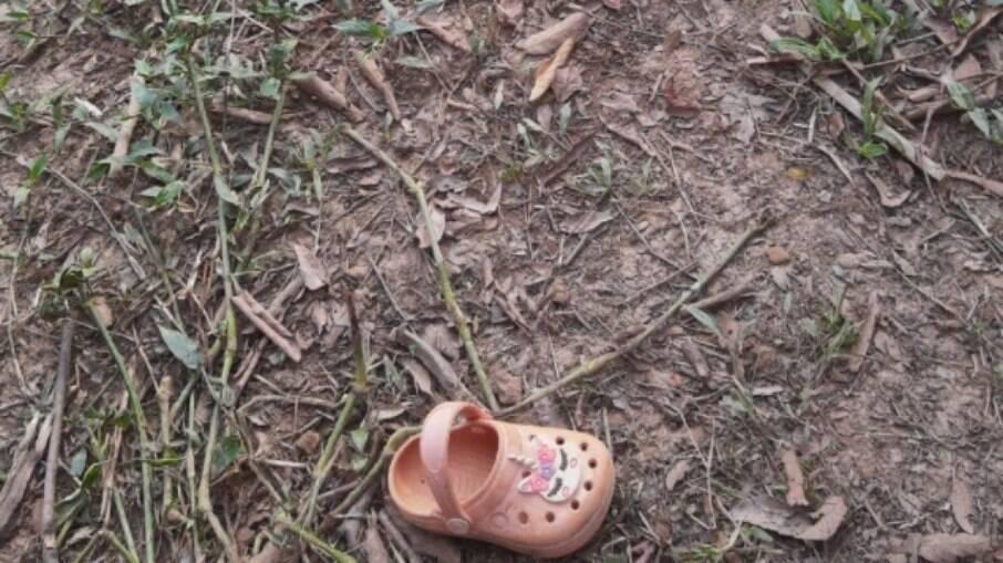 O sapato da criança foi encontrado ao lado do rio