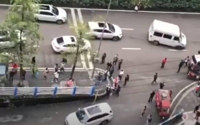 Pessoas se aglomeraram para tentar pegar as cédulas que caíam do céu