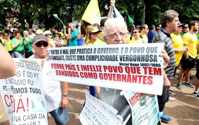 Manifestação contra o governo Dilma e corrupção na Petrobras, enche a praça da liberdade, em Belo Horizonte. Foto: Marcelo Sant Anna/Fotos Públicas