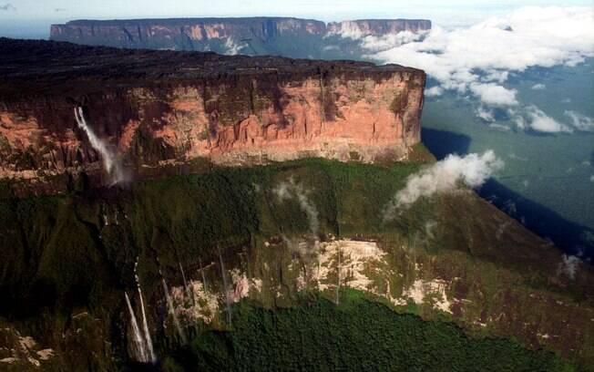 Com impressionantes 2.734 metros de altura e localizado na fronteira entre Brasil, Venezuela e Guiana, é cercado por Tepuis