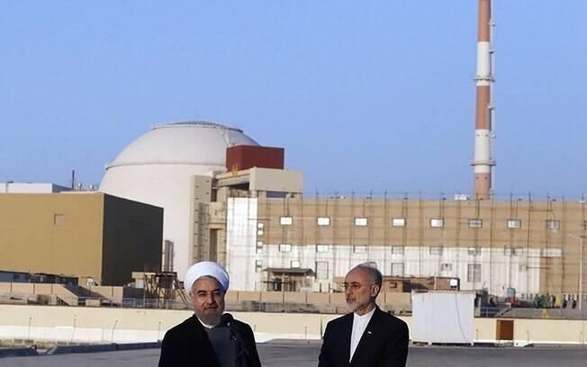 O presidente do Irã, Hassan Rouhani, e o chefe da Organização de Energia Atômica do Irã, Ali Akbar Saleh,i na Usina Nuclear de Bushehr